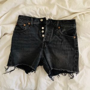 Levi's distressed black wedgie short